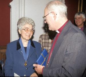 Chiara Lubich et l'archevêque de Canterbury Georges CAREY (1996)