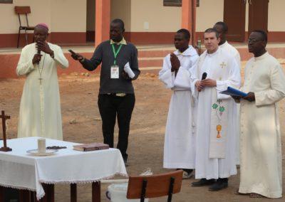 Mgr N'Koué, archevêque de Parakou (à gauche)