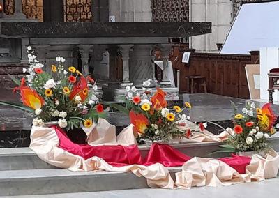 Fleurs devant l'autel