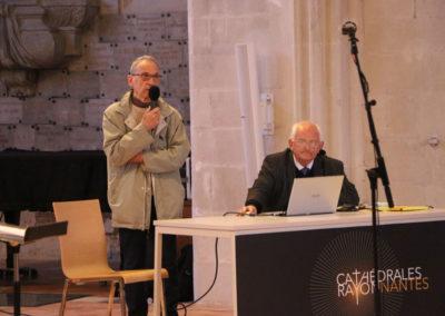 Mr Guy Vanbergue, sculpteur (au micro) et Mr Jean François Henri (assis)