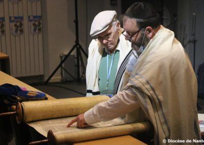 Le Rabbin régional, Ariel Bendavid, lit un passage de la Torah.