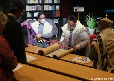 Les rouleaux de la Torah sont ouverts, pour le Chabbat.